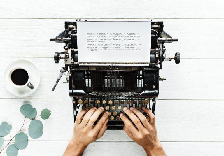 Schreibmaschine mit Händen